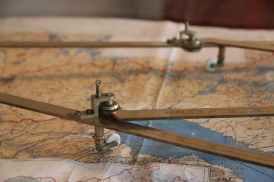Красивые картографические инструменты, изготовленные из латуни