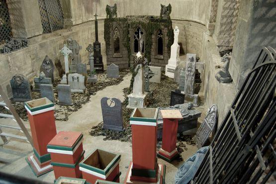Так и не завершённый бассейн теперь заполнен надгробиями