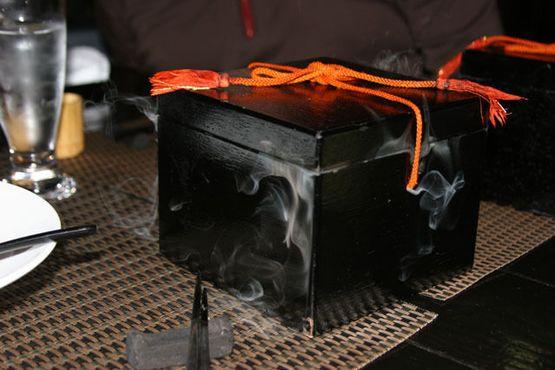 Блюдо, сервированное сухим льдом, подаётся к столу в коробке из мрамора
