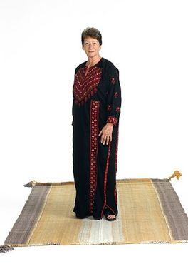Учредительница программы бедуинского ткачества носит традиционные костюмы