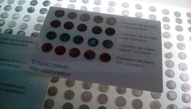 Монеты, добытые на месте кораблекрушения 18-го века, демонстрирующие коррозию и процесс восстановления