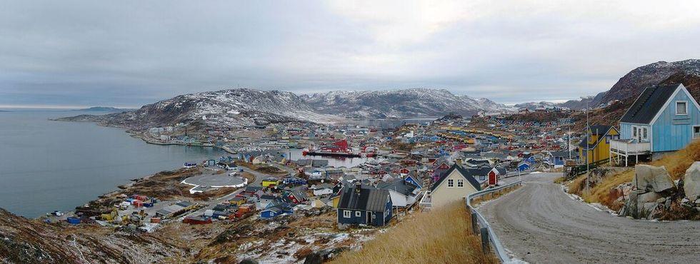Какорток, Гренландия. Слева видна городская вертолётная площадка