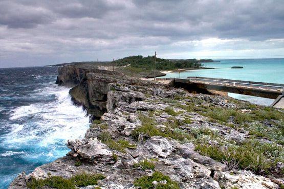 Атлантический океан слева и Карибский бассейн справа