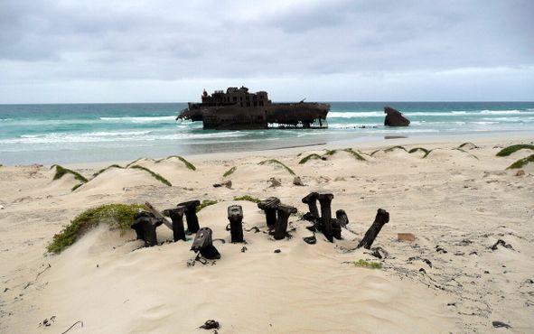 Пляж усеян обломками судна