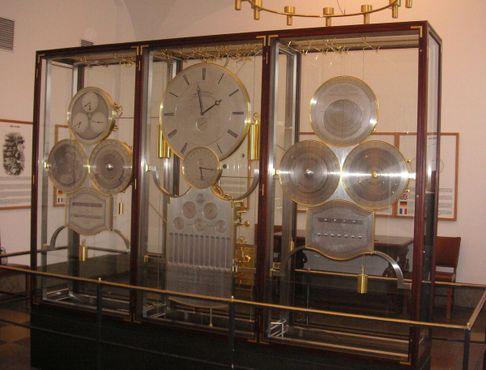 Часы показывают информацию обо всем, начиная от местного времени и заканчивая датами религиозных праздников