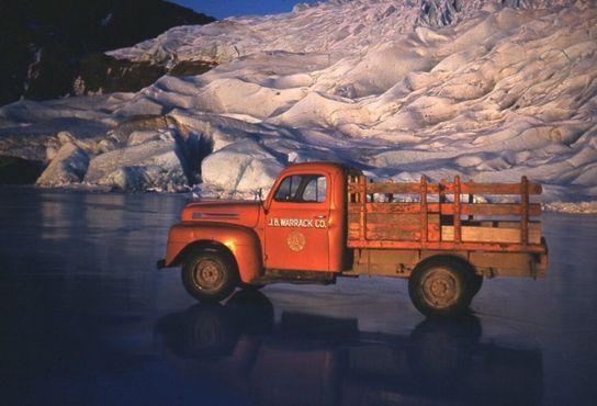 Озеро Менденхолл у подножия ледника ненамного старше этого грузовика
