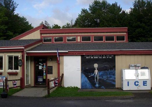 Фреска на здании автозаправки в память о похищении