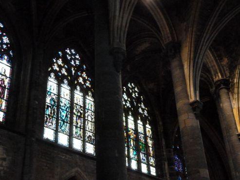 Готические колонны нефа церкви