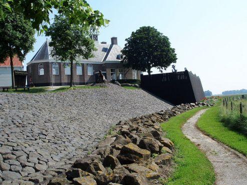 Схокланд сегодня огорожен насыпями. Церковь также видна на картине Германа Куккука