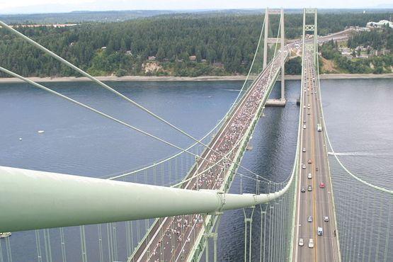 Вид сверху на запад от моста, построенного в 1950-х годов (справа), и новый мост-близнец во время его открытия