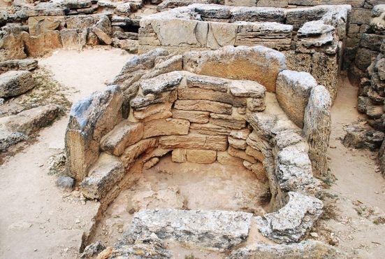 Кораблеобразные и подковообразные гробницы