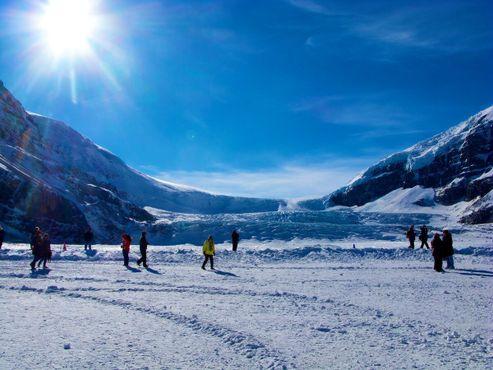 Туристы ходят по леднику