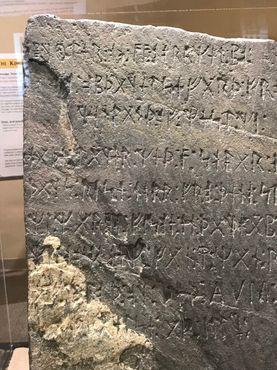 Кенсингтонский руничесий камень, правый верхний угол, надпись