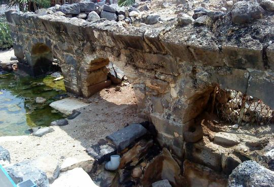Римские арки над источниками, окружающими синагогу