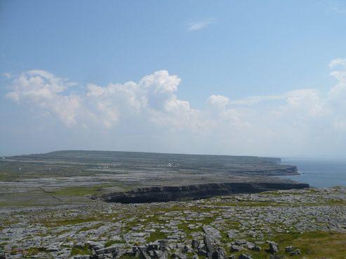 Вид на пейзаж Инишмора, в том числе на Дун-Энгус