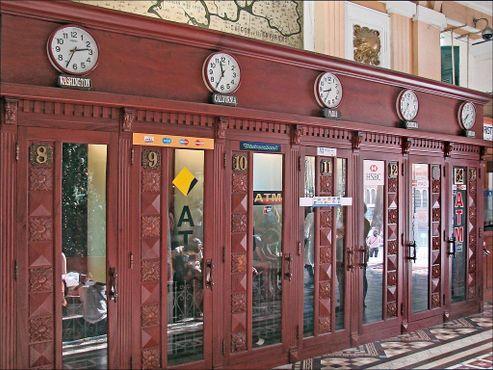 Телефоные будки внутри Центрального почтового отделения Сайгона