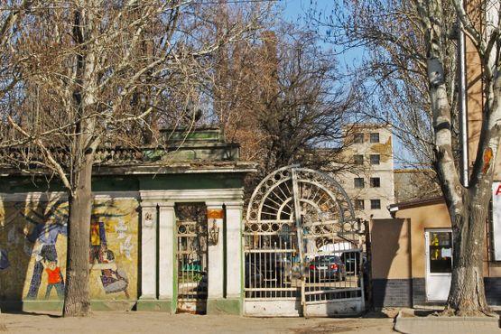 Ворота во двор фабрики, где расположен памятник Дарту Вейдеру