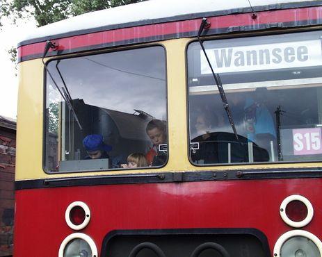 Дети осматривают вагон