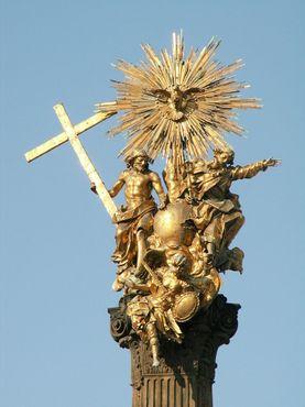 Позолоченная статуя Святой Троицы на вершине колонны