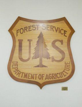 Знак Лесной службы США в переднем вестибюле Лаборатории лесопродуктов.