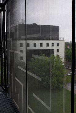 Вид сквозь тканевое полотно фасада