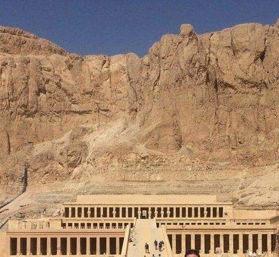 Выступающий из скал заупокойный храм Джесер-Джесеру на западном берегу Нила