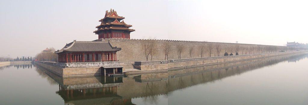 Огромный ров и стена окружают Запретный город