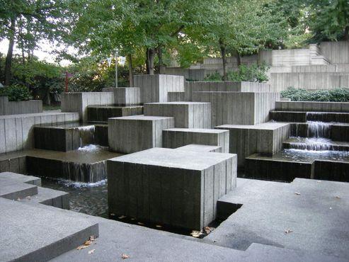 Бруталистичный фонтан в парке Фривей