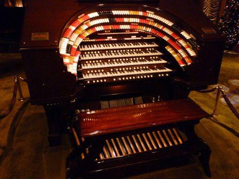 Театральный орган «Могучий Вурлитцер», самый большой в своём роде на западном побережье