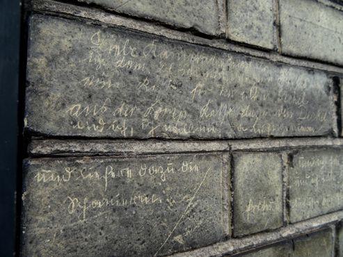 Кирпич с надписью, выполненной шрифтом Зюттерлина, немецкой системой письма, уничтоженной национал-социалистами