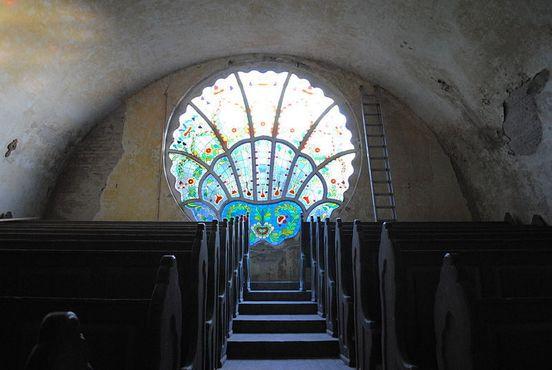 Классическое стекло в стиле модерн внутри синагоги
