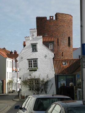 Городская стена XIII века со встроенными в неё домами 1672 года