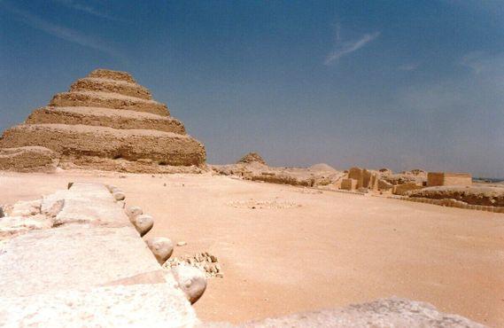 Саккара - пирамида Джосера ; застывшие кобры