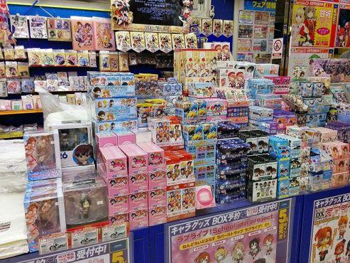 Фигурки аниме продаются в Акихабаре