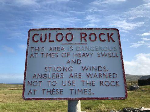 Предупредительная табличка в районе для тех, кто рискнёт подняться к утёсам