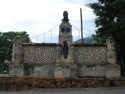Памятникинженеру мостаХосе Марии Вилье