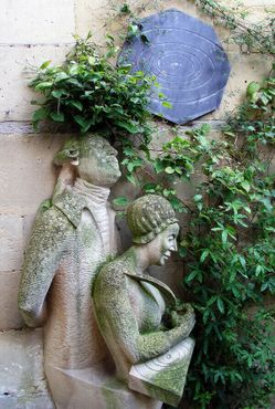 Статуя Уильяма и Каролины Гершель в саду музея
