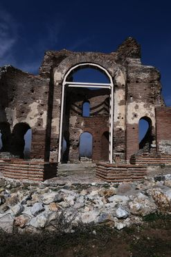 Обнаруженные останки Красной церкви, та небольшая часть храма, где когда-то возвышался купол на 32 метра / Снято на Panasonic DMC LX-15