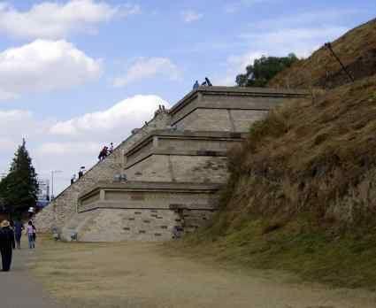 Раскопанная и восстановленная сторона пирамиды