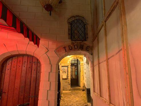 До входа в театр Тоона можно добраться по переулку через тупик Шуддевельда