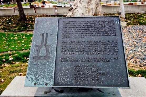 Мемориальная доска в честь участников первого ракетного испытания Galcit, включая М. У. Парсонса, также известного как Джек Парсонс