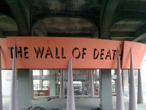 Инсталляция напоминает конструкцию, которая использовалась на карнавальных мотодромах