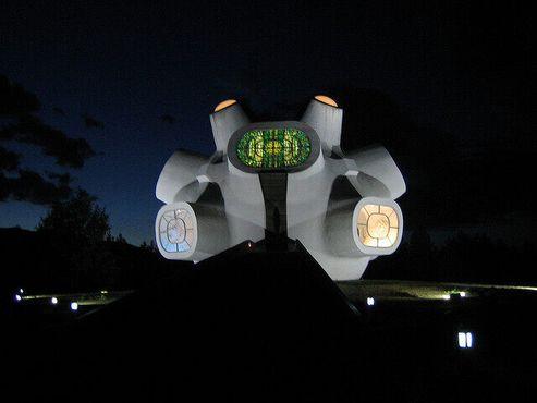 Иллюминация витражей памятника