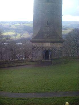 Квадратное основание башни и вход