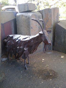 Статуя козы, поедающей мусор