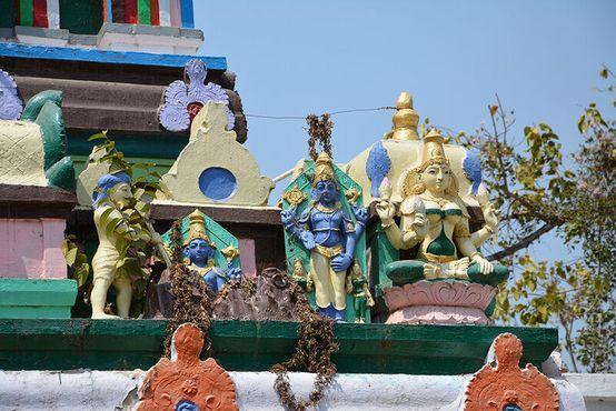 Статуи у Передних ворот храма изображают выкапывание образа Божия из муравейника.