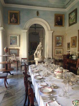 Задняя часть комнаты за статуей представляет собой настенную роспись, имитирующую продолжение комнаты