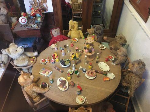 Счастливые времена за столом плюшевого медведя Тедди