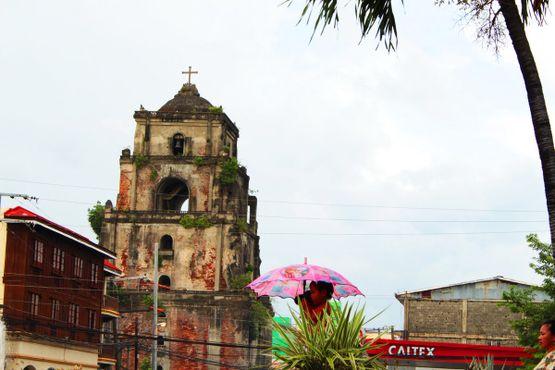 Помимо того, что колокольня «тонет», любопытной особенностью этой башни является её расположение по отношению к главному собору