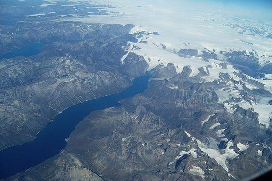 Вид с воздуха на южное побережье Гренландии показывает, насколько непрактично строить в стране какую-либо дорожную систему